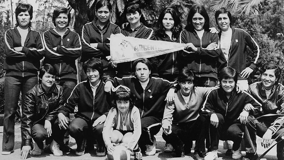 """Las Pioneras, agosto de 1971. Primeras futbolistas argentinas en jugar un Mundial (""""no oficial""""), en la puerta del hotel en el que concentraron durante los 40 días que estuvieron en México."""