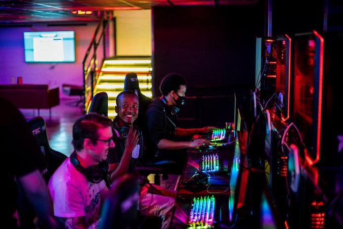 """Jugadores compitiendo en un evento de """"Rocket League"""" en la HyperX Esports ArenaCreditJoe Buglewicz para The New York Times"""