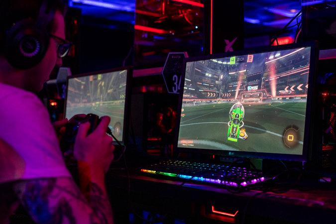 """Jory Carulli jugando en una competición de """"Rocket League"""" en la HyperX Esports Arena. La arena también vende pases por hora para estaciones de juego equipadas con computadoras personales, así como con las consolas Xbox y Playstation.CreditJoe Buglewicz para The New York Times"""
