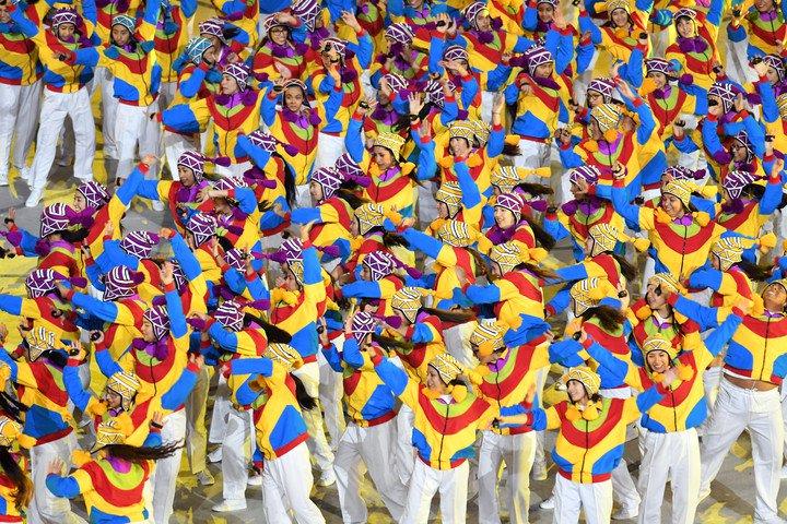 Los voluntarios, coloridos en el arranque de la ceremonia de Lima 2019. Foto Maxi Failla