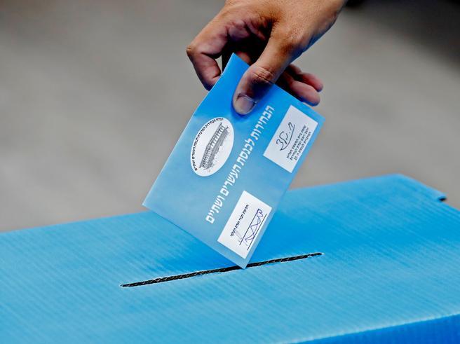 Un hombre, ejerciendo su derecho a voto hoy en Israel (Jack Guez / AFP)