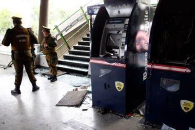 El anuncio del alza de los precios del metro se unió al incremento de otros costos. En la foto, dos cajeros destrozados en una estación de metroCrédito: Getty Images