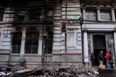 Los edificios de varias ciudades de Chile amanecieron el domingo con graves dañosCrédito: Getty Images