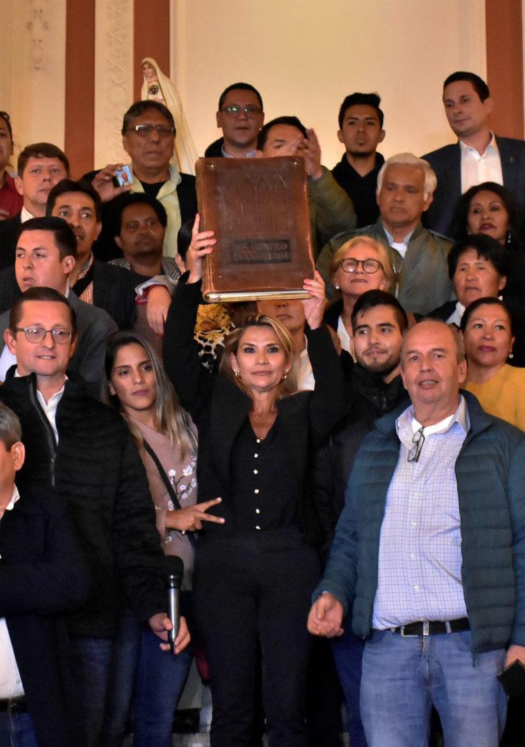 Religión o Política - Jeanine Áñez sostiene la Biblia durante su entrada al Palacio Quemado, en La Paz, para asumir la presidencia encargada de Bolivia tras la renuncia de Evo Morales y una serie de miembros del Gobierno. (EFE)