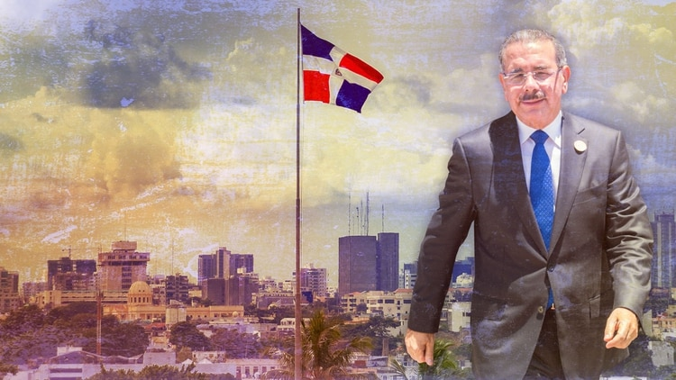 De fondo, el paisaje de Santo Domingo, capital de la República Dominicana. De frente, el presidente Danilo Medina