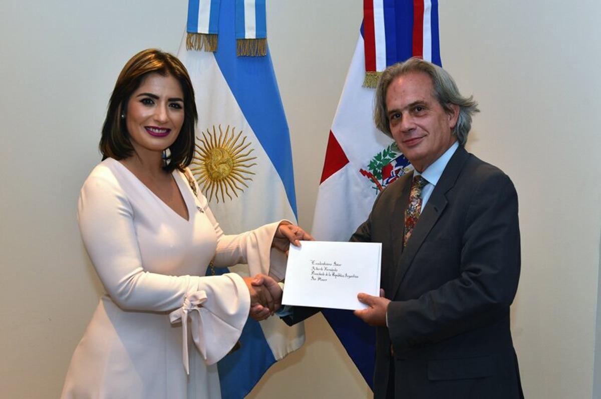 La embajadora de la República Dominicana en Argentina, Marjorie Espinosa, presentó este miércoles las Copias de Estilo de sus Cartas Credenciales al Secretario de Relaciones Exteriores de la República Argentina, Pablo Tettamanti.