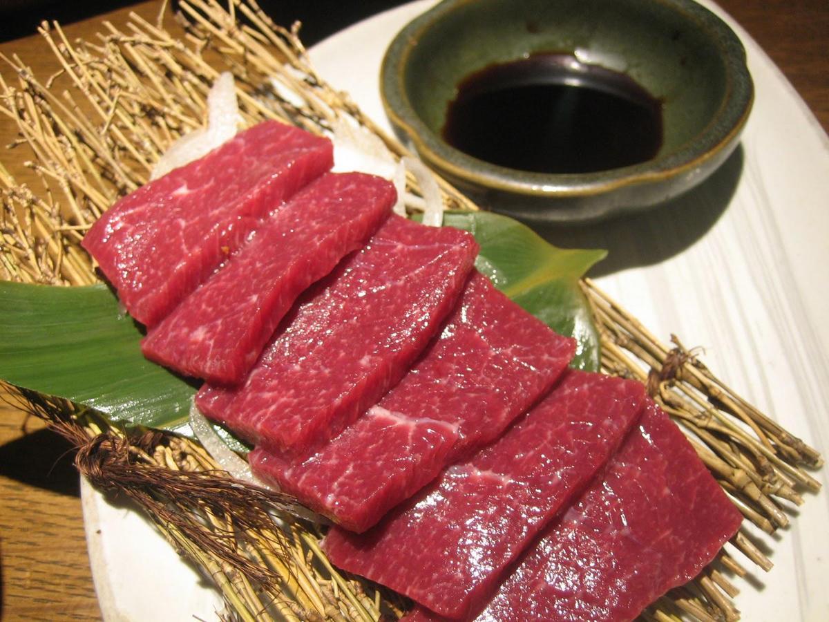 basashi, carne de caballo cruda ' cocina japonesa no turística