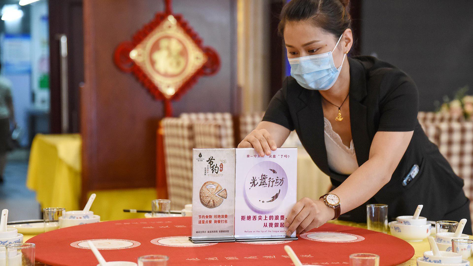Restaurantes en China, son también invitados a ofrecer en sus menúes porciones reducidas y hasta medias porciones.(AFP)