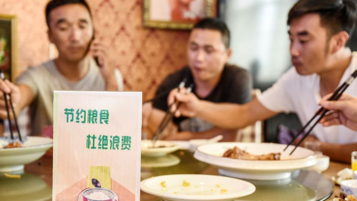 """Nueva """"ruta """" en China : N-1 El cartel en la mesa pide no tirar los restos de la comida a la basura (AFP)"""