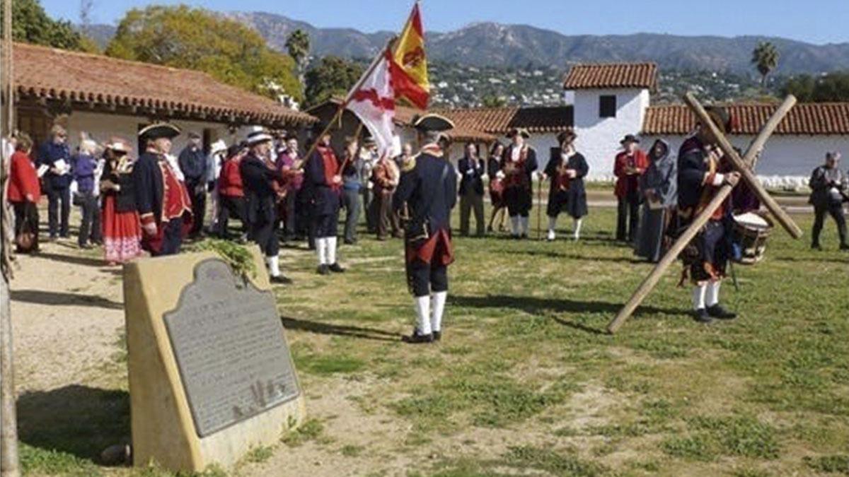 Recreación histórica de una ceremonia en la Misión Santa Bárbara en California en el siglo XVIII