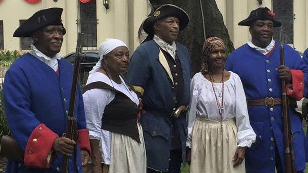 Recreación de soldados negros de Fuerte Mosé, en Florida, entonces reino de España; Fuerte Mosé era una población negra libre legal, autogobernada, de súbditos españoles; en la América de lengua inglesa no hubo nada parecido hasta el siglo XIX.