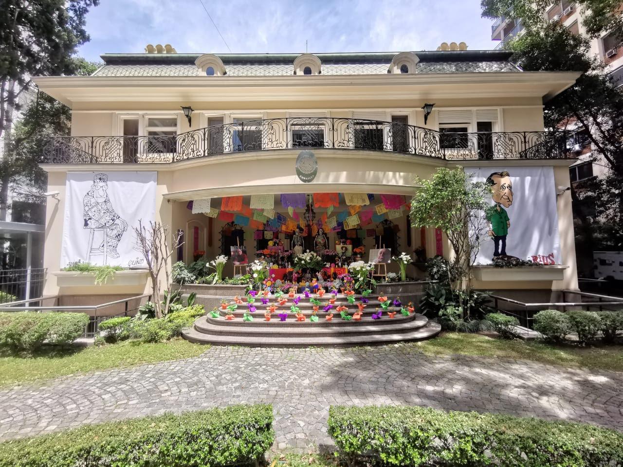 Magno altar dedicado a Quino y a Rius, podrá ser admirado desde la vereda de la sede de la Embajada en Belgrano