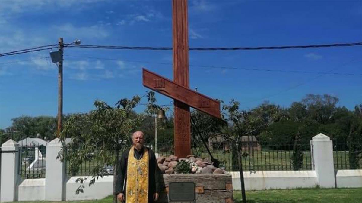 La cruz alcanza una altura de 6.2 metros, su ancho es de 6 metros y su peso es de 2.5 toneladas; está hecha al estilo de la tradición del norte de Rusia, con troncos traídos de Misiones.