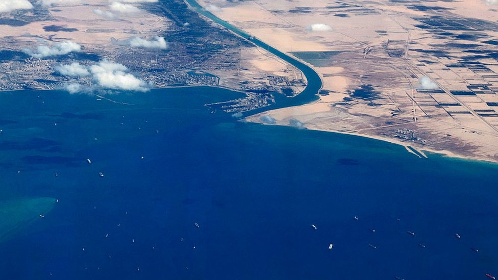 Tras el encallamiento del carguero Ever Given, cientos de buques tuvieron que esperar días para transitar por el Canal de Suez.