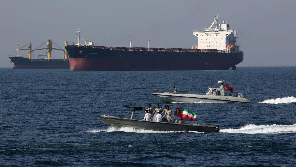 Un promedio de casi 21 millones de barriles de crudo al día transitan por este paso marítimo.