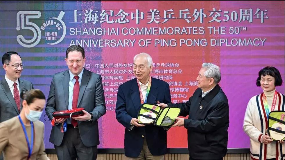 El cónsul general de EEUU en Shanghái, James Heller (2ºizq), con los antiguos jugadores de tenis de mesa Zhang Xielin (centro izq) y Zheng Minzhi(dcha), en una ceremonia para conmemorar el 50º aniversario del evento diplomático en Shanghái, alla por 1971 Héctor Retamal AFP