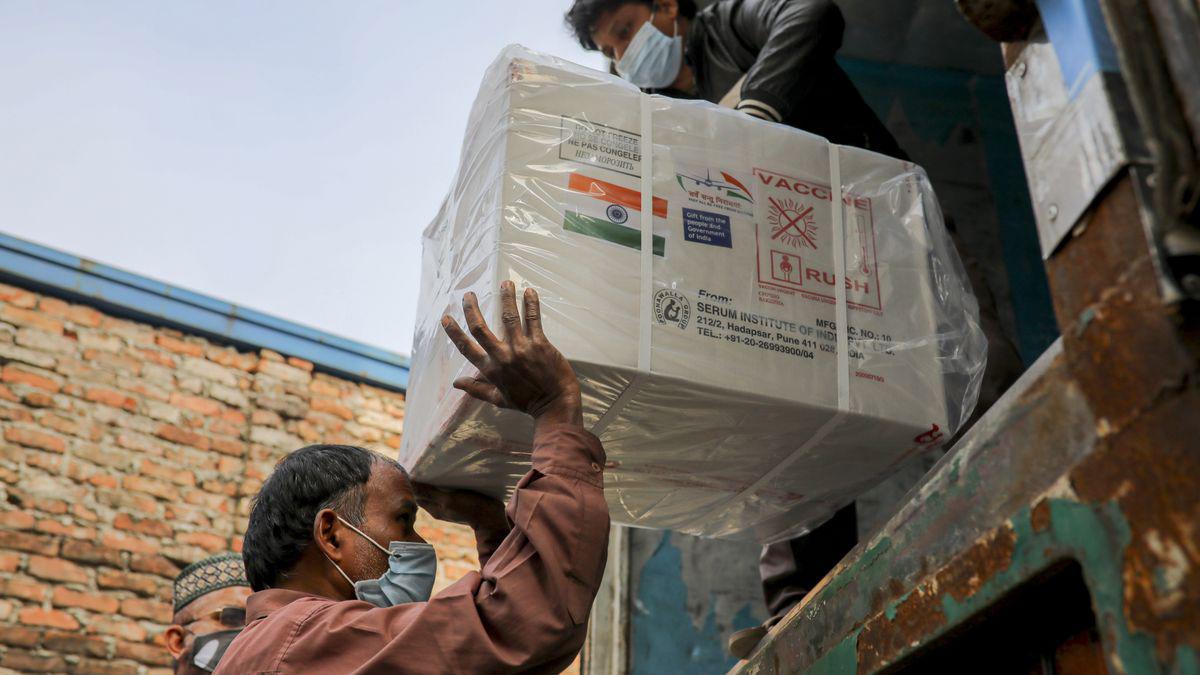 Unos trabajadores descargan una camioneta que transporta vacunas contra el coronavirus de Oxford-Astrazeneca que llegaron de India a Bangladesh. Foto: Kazi Salahuddin/ZUMA Wire/dpa