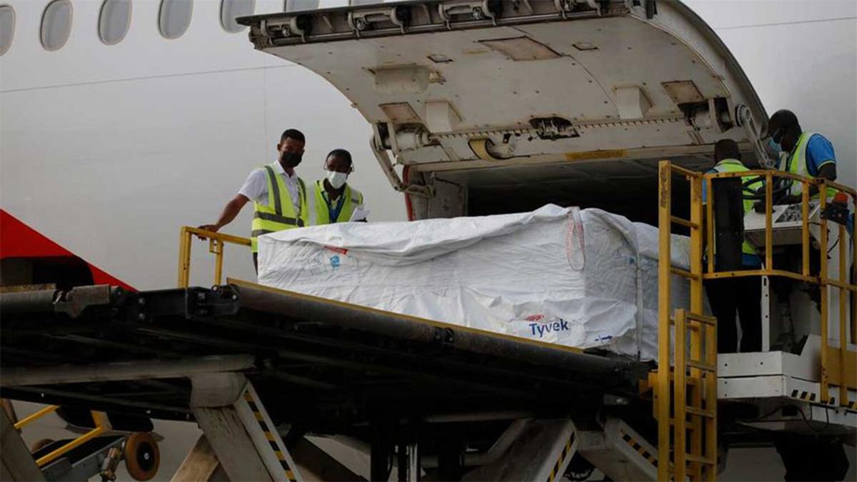 El 24 de febrero de 2021, trabajadores descargan el primer envío de vacunas de India distribuidas por COVAX en el Aeropuerto Internacional de Kotoka en Accra, la capital de Ghana.