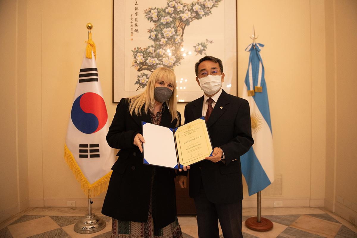 Claudia Villafañe recibió un premio y diploma tras consagrarse Tras coronarse ganadora del concurso de cocina organizado por el Centro Cultural Coreano