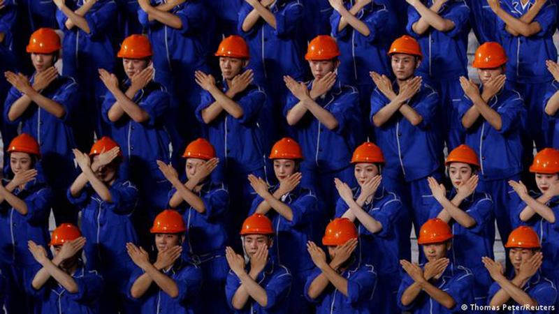 Artistas vestidos como 'obreros' en la celebración del centenario del Partido Comunista  Chino en Pekín