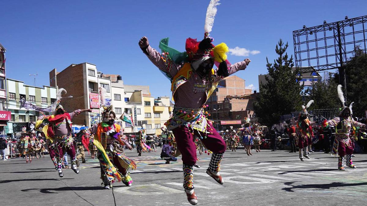 Decenas de danzarines que daban negativo en las pruebas contra el COVID-19 o que fueron vacunados retornaron el viernes a las calles de Bolivia