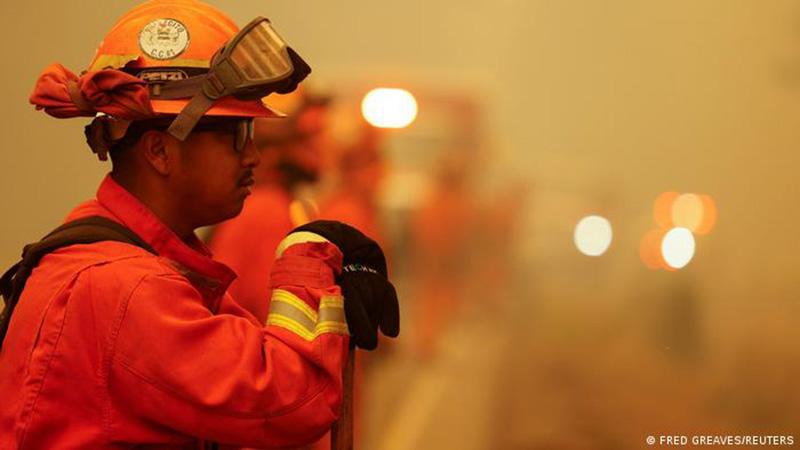 """Bombero observa el """"Dixie Fire"""", que ha hecho desaparecer ciudades enteras en California, EE. UU."""