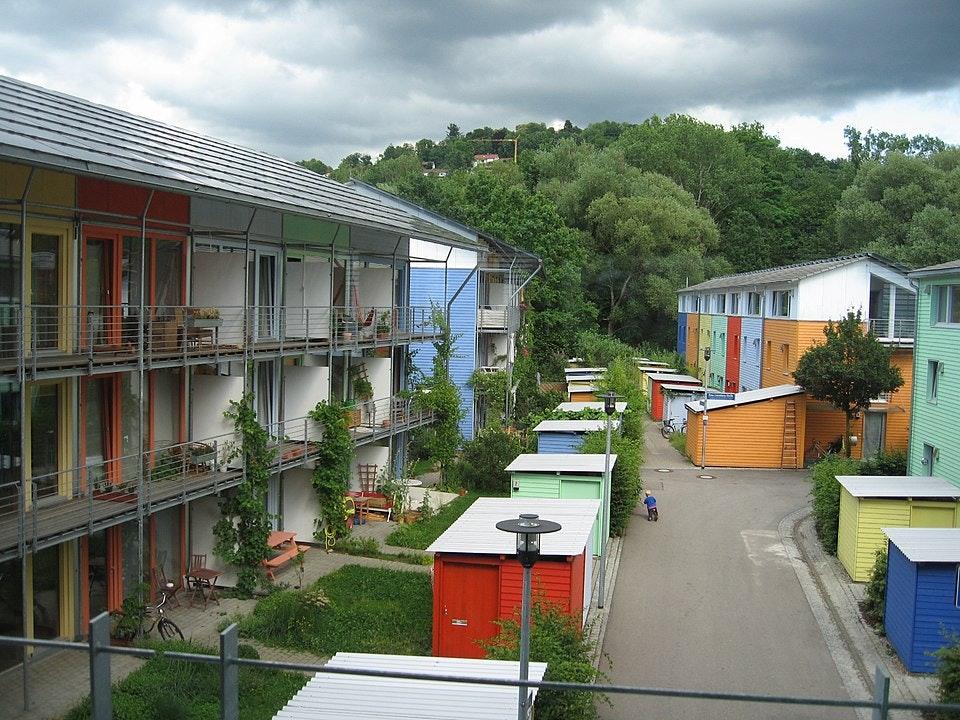 "Ecourbanización en el distrito Vauban, en Friburgo (Alemania).&nbsp;<a href=""https://commons.wikimedia.org/wiki/File:%C3%89coquartier_vauban_freibourg1.JPG"">Claire7373/Andrewglaser/Wikimedia Commons</a>,&nbsp;<a href=""http://creativecommons.org/licenses/by-sa/4.0/"">CC BY-SA</a>"