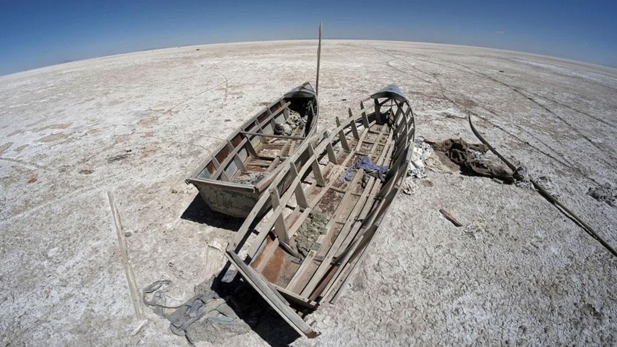 Botes en el lecho seco del lago Poopó afectado por el cambio climático, en el departamento de Oruro, Bolivia. Foto: Reuters