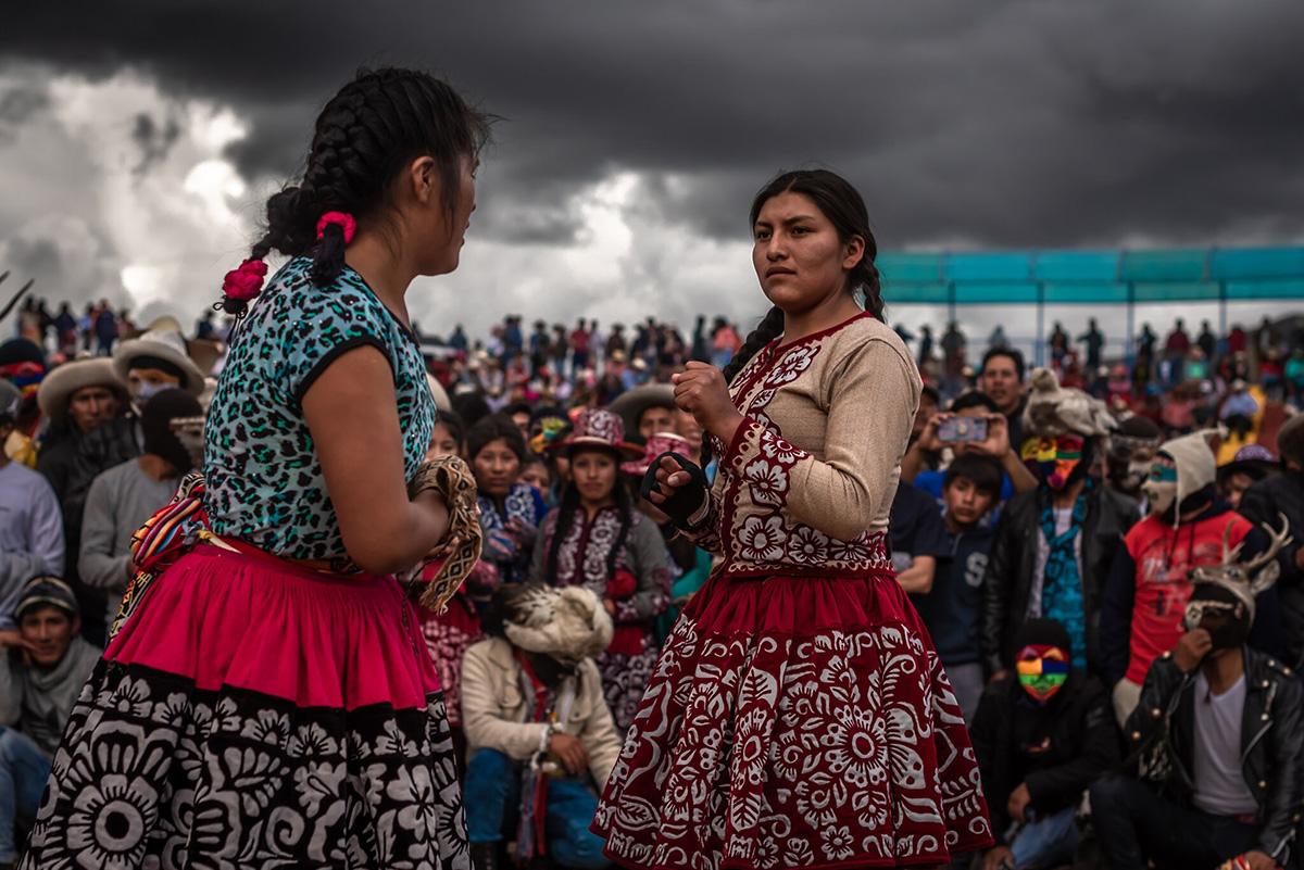 Una pelea entre mujeres durante el festival del Takanakuy