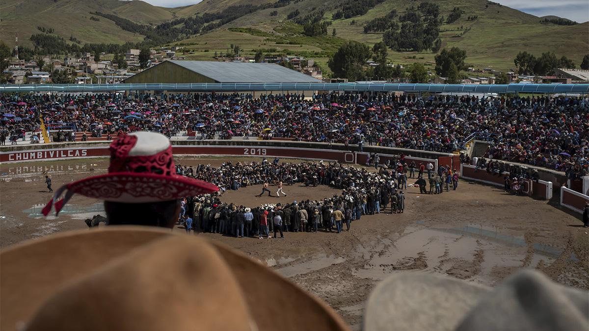 Una pelea durante el festival del Takanakuy en el poblado peruano de Santo Tomás.