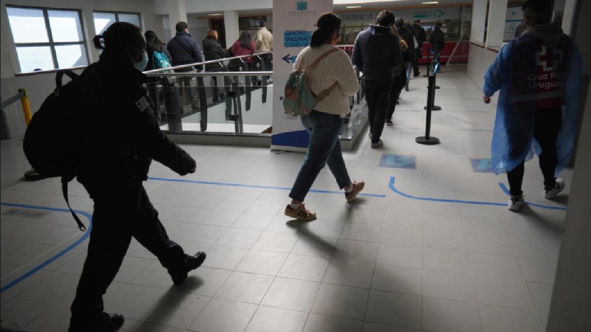 Uruguayos en línea para darse la tercera dosis de vacunación. REUTERS/Mariana Greif