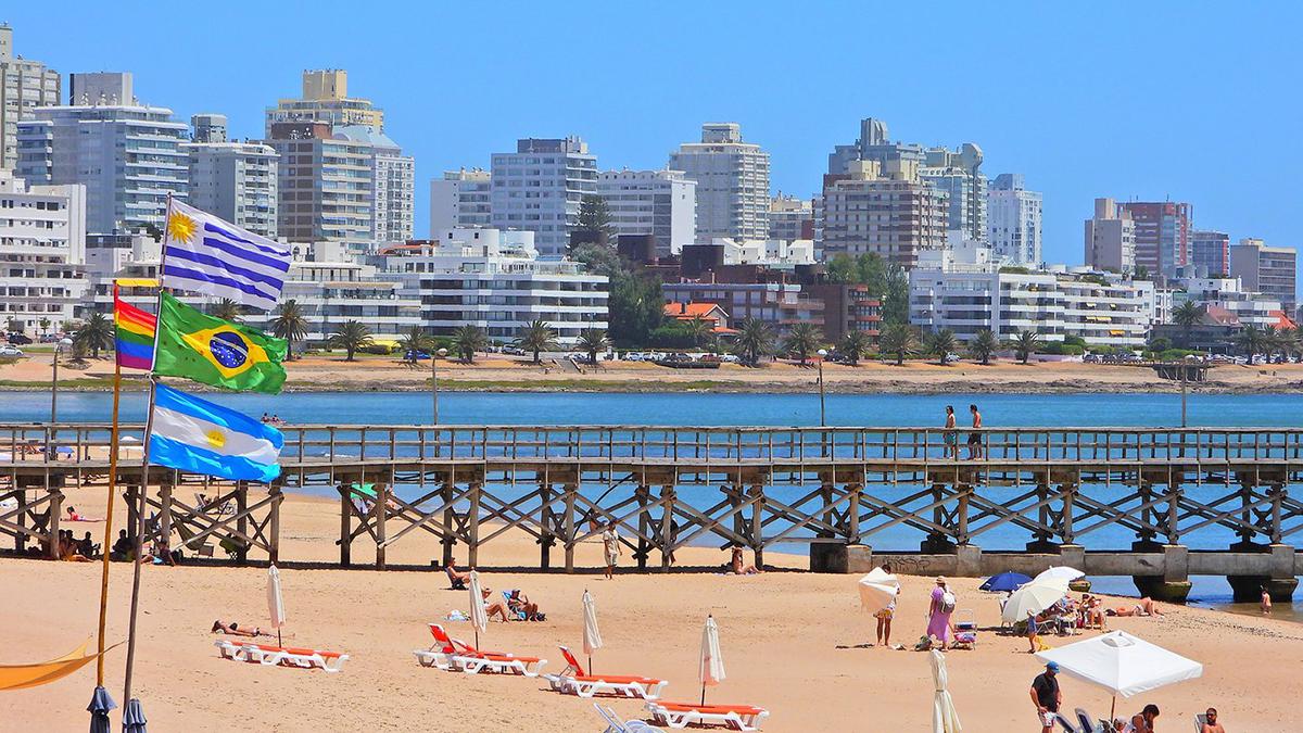 Vista de una playa en Punta del Este, Uruguay, cuyo nivel de actividad depende mucho del ingreso de argentinos y brasileños (Marcelo Umpierrez)