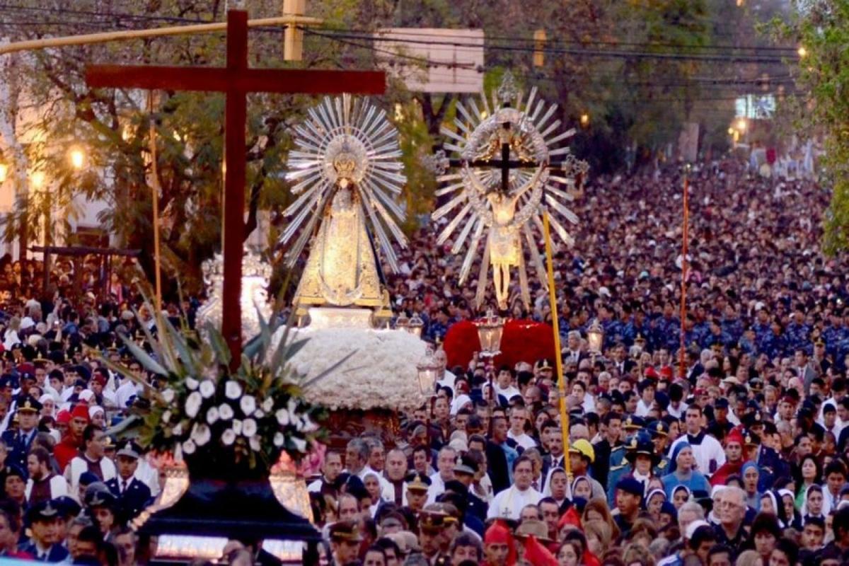 La procesión con la Virgen y el Cristo parte desde la  Catedral Basílica desde el año 1592.