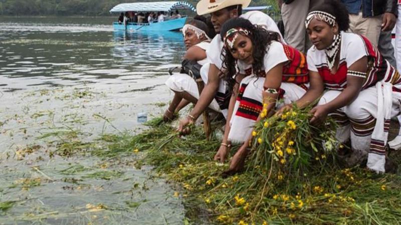 Durante las celebraciones de Irreecha de la comunidad Oromo, se colocan flores y pasto recién cortado en agua para agradecer a Dios por el comienzo de la primavera.