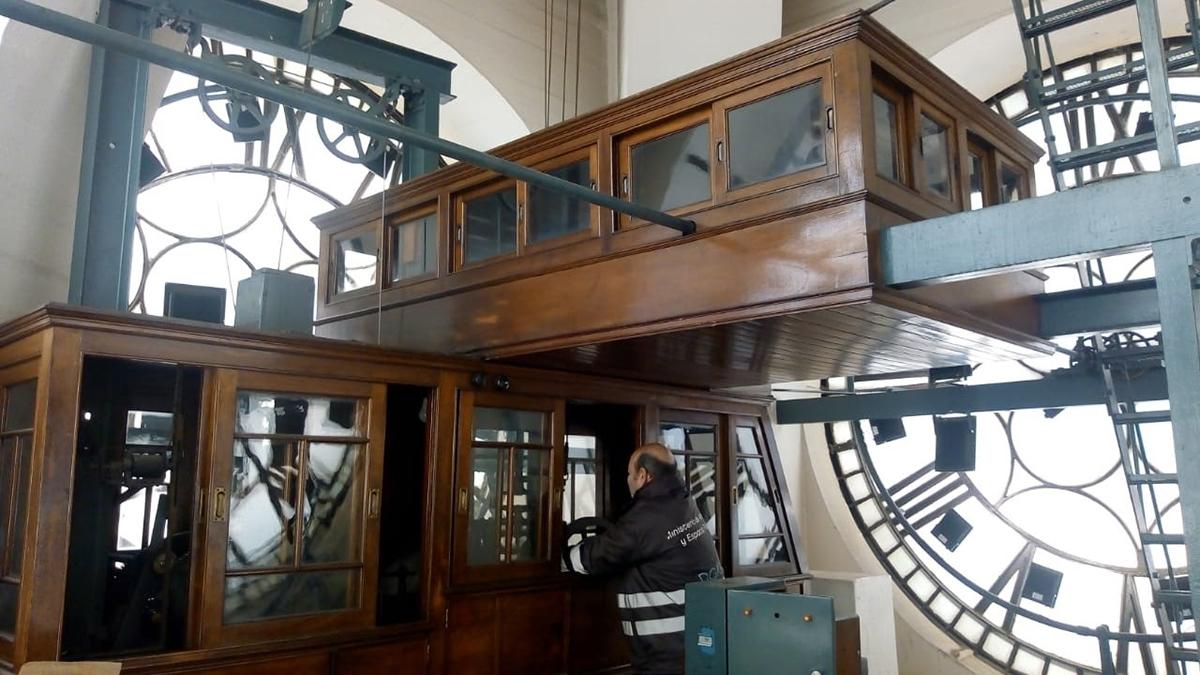 Talleres de la Ciudad también mantiene los relojes incluido el de la Torre de los Ingleses